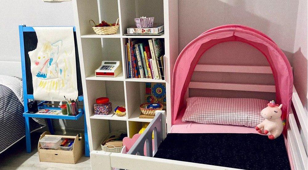 Мольберт для рисования, детская кровать и полки для хранения игрушек