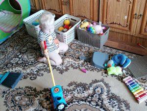 Ребёнок в 1 г. 3 мес. играет с каталкой