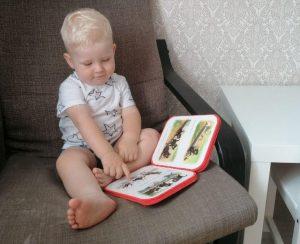 Ребёнок читает в кресле