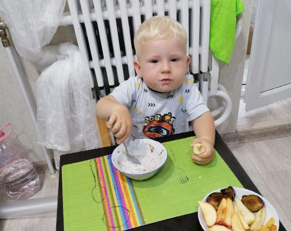 Ребёнок ест сам в 1 год 3 месяца
