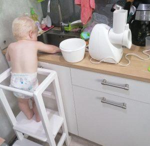 Сын моет перчики в раковине