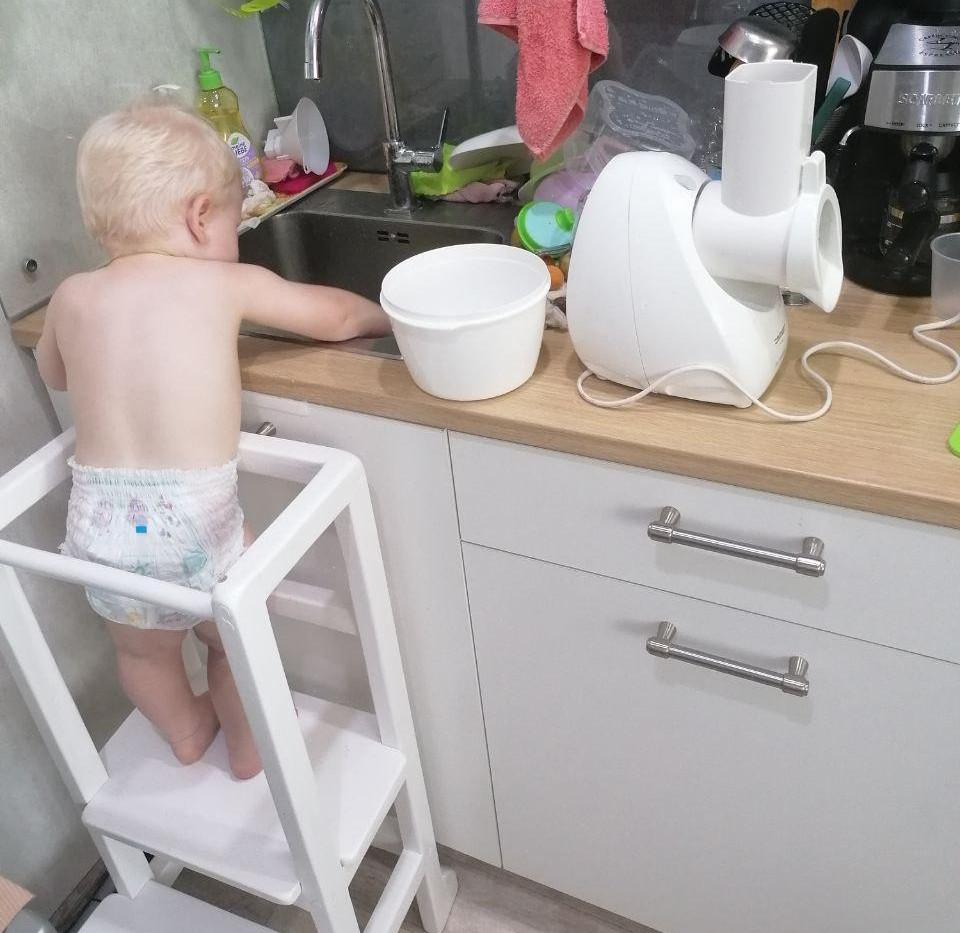 Моет перчики в раковине