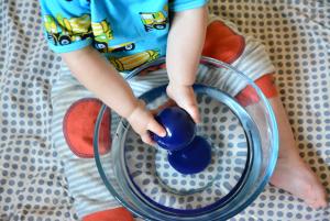 Малыш играет с водой