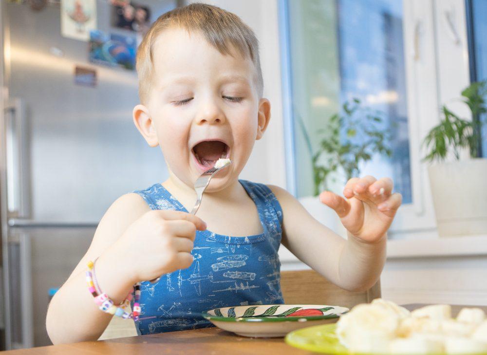Голодный ребёнок ест
