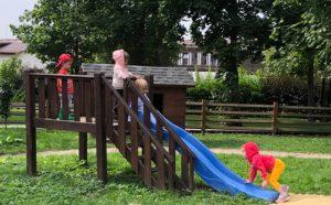 Сензитивный период движения: дети катаются с горки