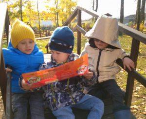 Сензитивный период освоения социальных навыков: дети общаются на площадке