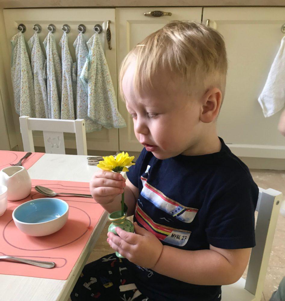 Сензитивный период утончения чувств: ребёнок нюхает цветок