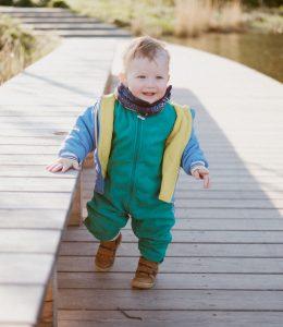Ребёнок учится ходить