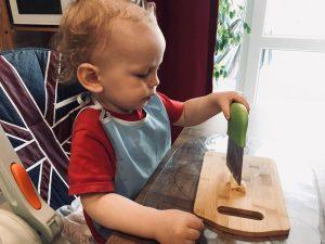 Ребёнок режет банан