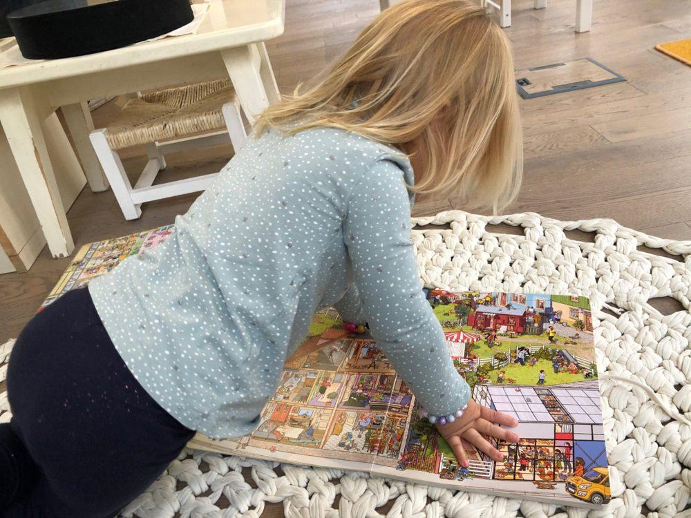Восприятие мелких деталей: ребёнок разглядывает виммельбух