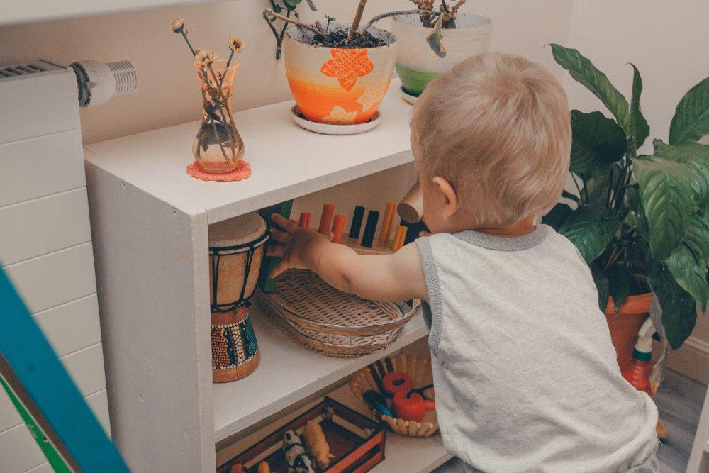 Полки с игрушками