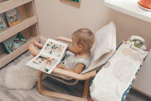 Ребёнок рассматривает книгу