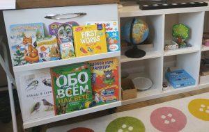 Детские книги в комнате