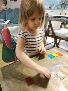 Ребёнок играет в цветовые карточки