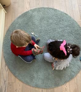 дети играют и развиваются