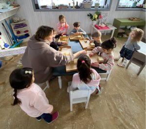 дети и Монтессори-педагог