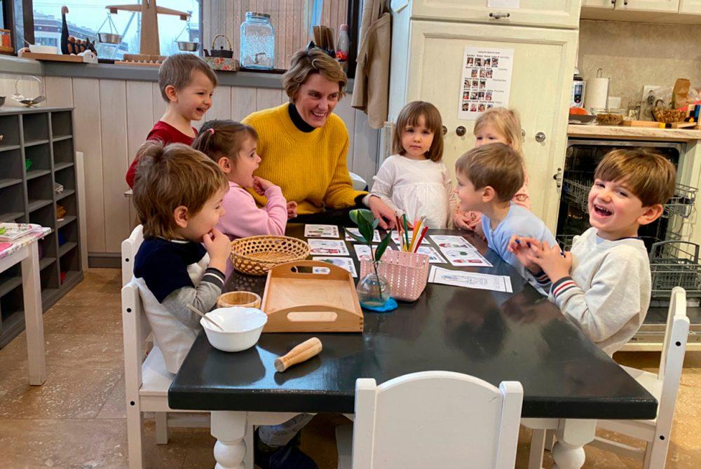 Педагог наблюдает за точками интереса детей и предлагает занятия