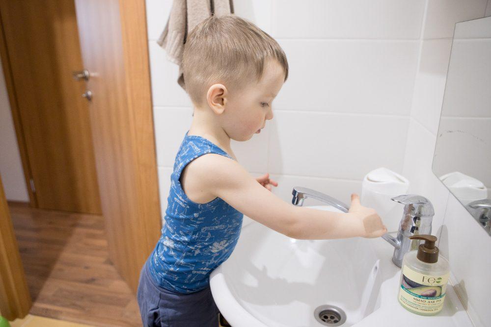 ребёнок моет руки