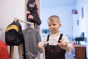 ребёнок выбирает одежду