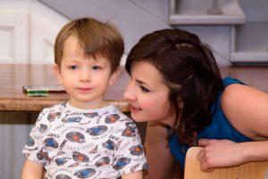 Мама общается с ребёнком по Монтессори