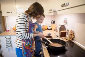 мама и ребёнок готовят