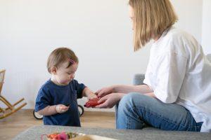Мама предлагает ребёнку занятие для развития концентрации внимания