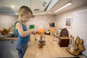 Ребёнок заваривает чай