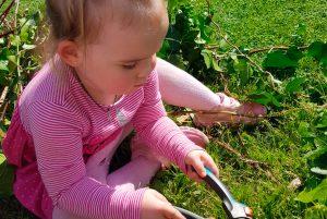 ребёнок ухаживает за цветами