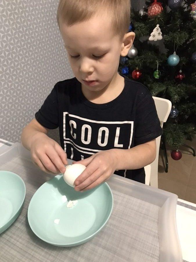 ребёнок готовит