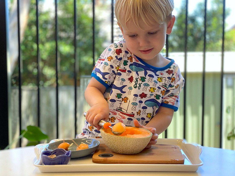 Ребёнок готовит дынные шарики