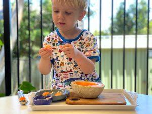 Ребёнок готовит сам