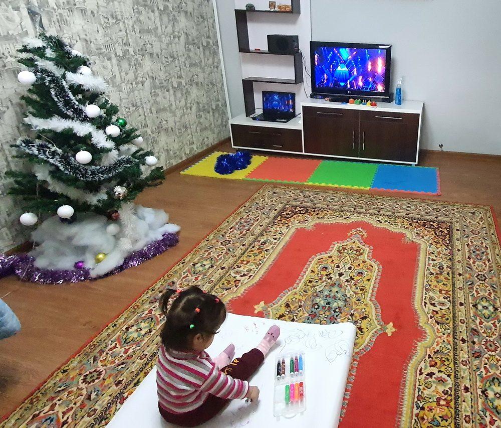Ребёнок играет сам