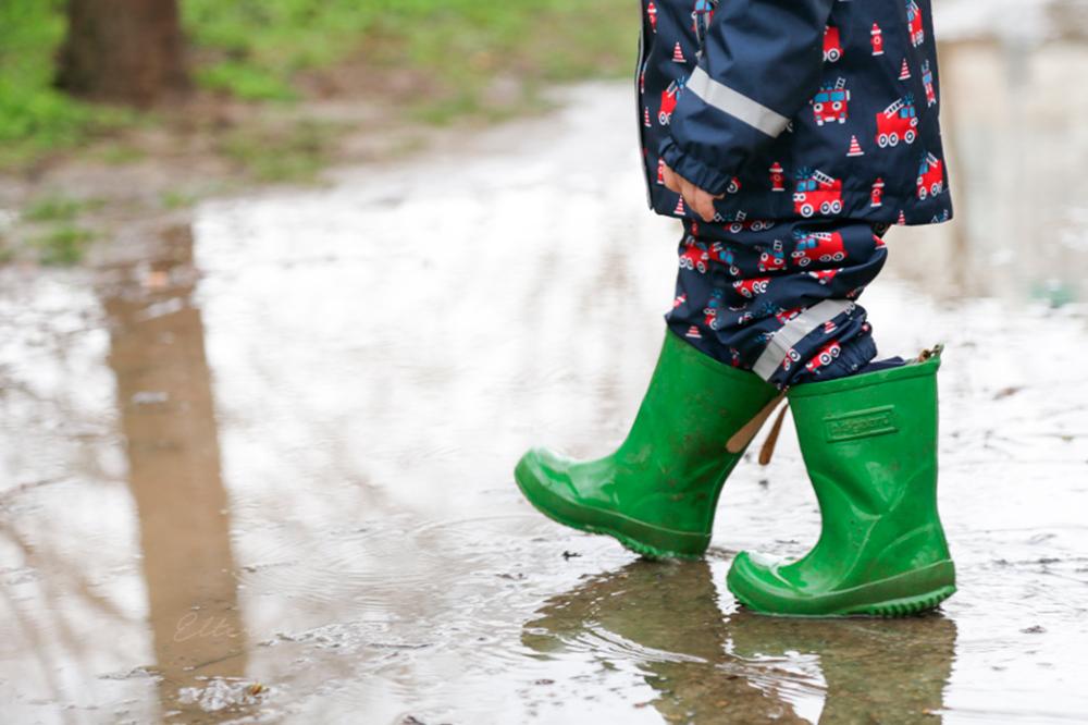 прогулка под дождём с ребёнком