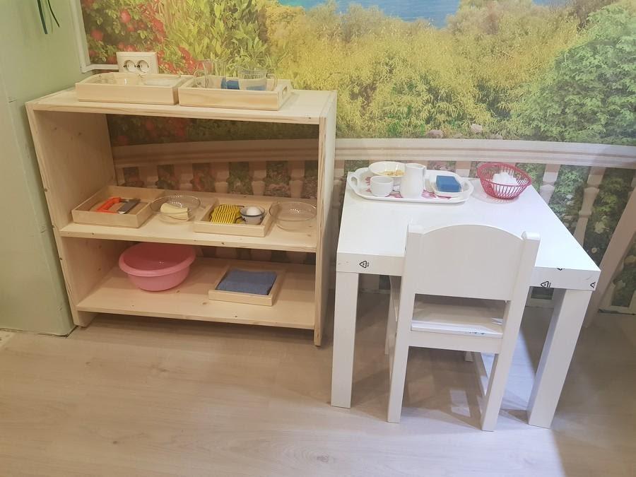 Маленький стол и стул для ребенка по Монтессори