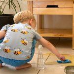 Ребёнок проливает воду? Это отличный повод научить его вытирать лужи