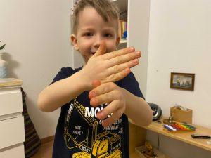 ребёнок учится постоять за себя и скрещивает руки