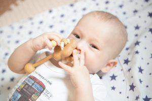 ребёнок до года с развивающей игрушкой для захвата