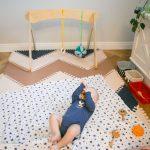 Какие игрушки предложить ребёнку до года, чтобы помочь его развитию