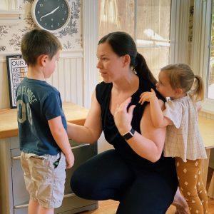ребенок положил руку на плечо мамы и ждёт