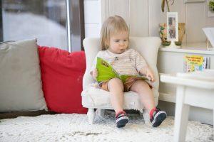 малышка читает