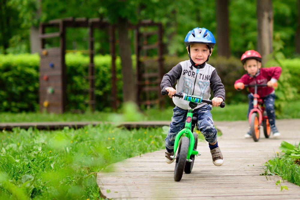 Дети учатся держать равновесие на беговелах