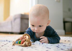 Малыш сам дотянулся до игрушки