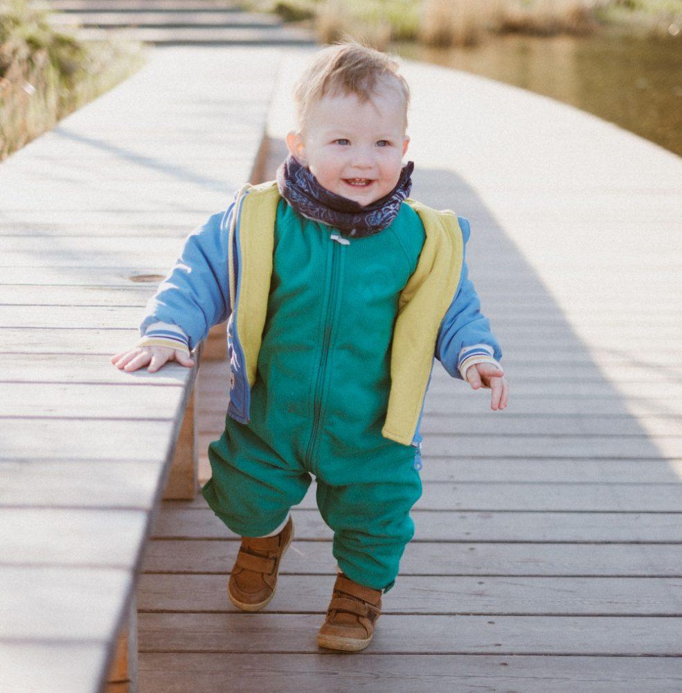 ребёнок делает первые шаги