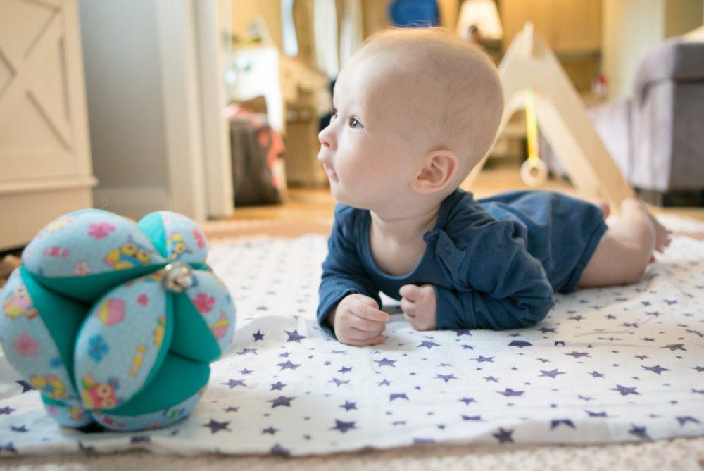 Как развиваются движения у детей в первый год жизни