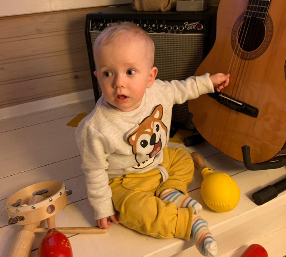 малыш и гитара