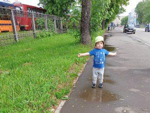 ребёнок гуляет