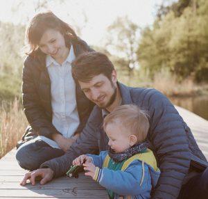 ребёнок с родителями играет в машинку
