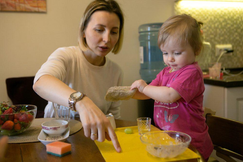 Ребёнок вытирает каплю воды