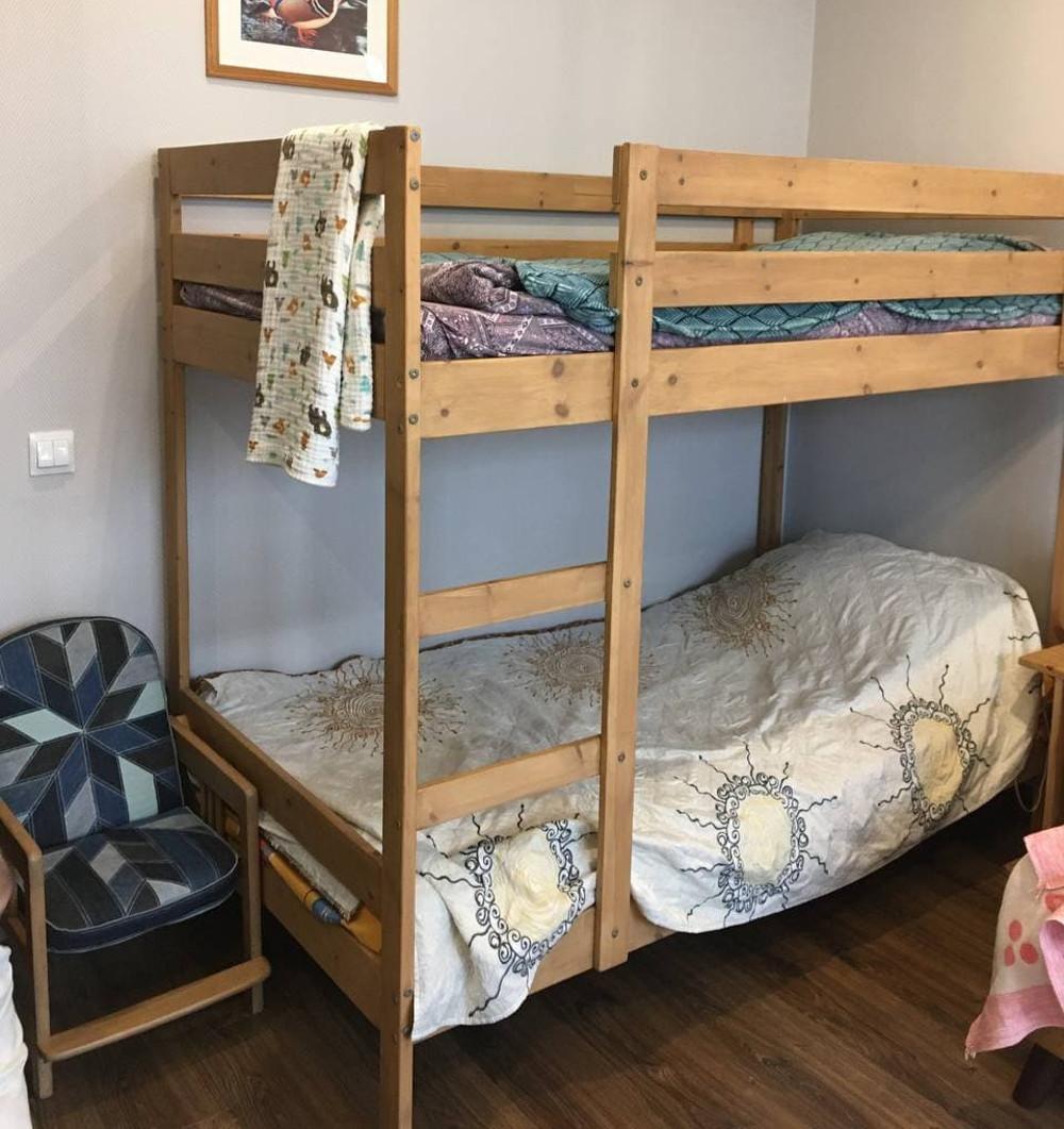 Кровать, на которой спит старший сын