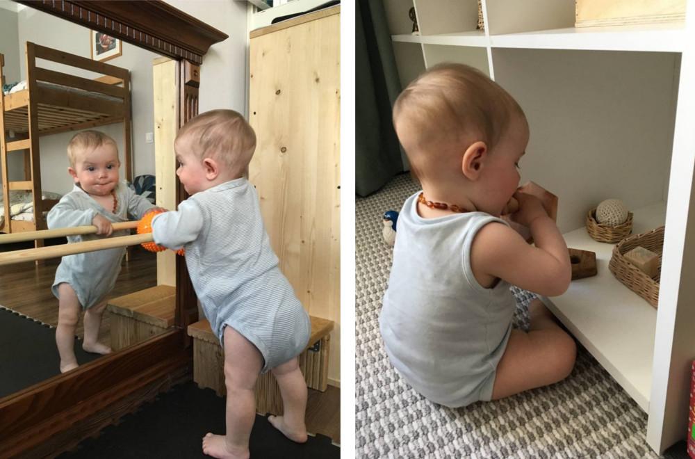 Малыш стоит у зеркала с помощью опоры и выбирает игрушку